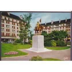 Caen, statue de Jeanne...